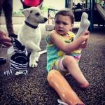 Menina que nasceu sem os pés ganha filhote deficiente