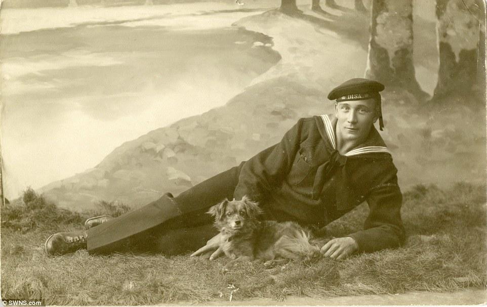 Membro da marinha sueca com seu cachorro, em 1915