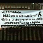 Mulher coloca faixa de protesto após morte de cão