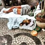 Morador de rua com seu cão em Copacabana