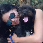 Estudante viaja quilômetros para adotar cadela que a salvou de estupro