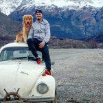 Jovem larga emprego e percorre América do Sul com cachorro em um Fusca