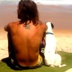 Rapaz viaja o Brasil com sua cachorrinha 'Brisa' em sua Kombi do Reggae
