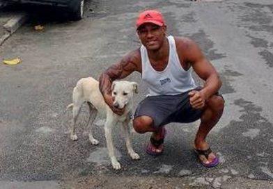 Cachorro faz xixi nas costas de rapaz sentado em calçada e é adotado por ele
